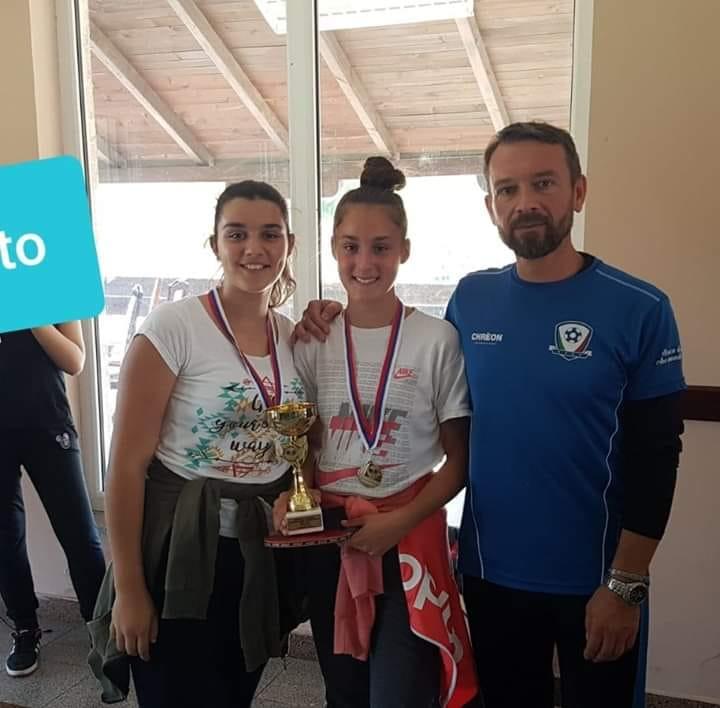 На Општинском такмичењу у стоном тенису, женска екипа наше школе (ученице из Буковика), освојила је прво место!Честитке наставнику и нашим стонотенисеркама!